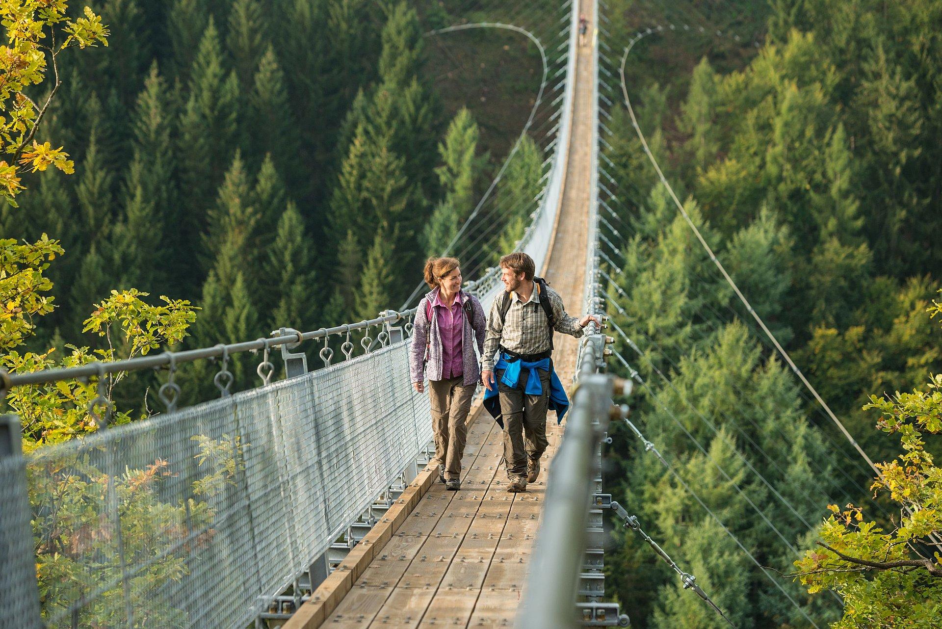 Überqueren der Hängeseilbrücke Geierlay, Hunsrück