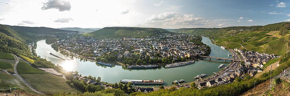 Vue sur la boucle de la Moselle et la ville de Bernkastel-Kues, depuis le château de Landshut, vallée de la Moselle