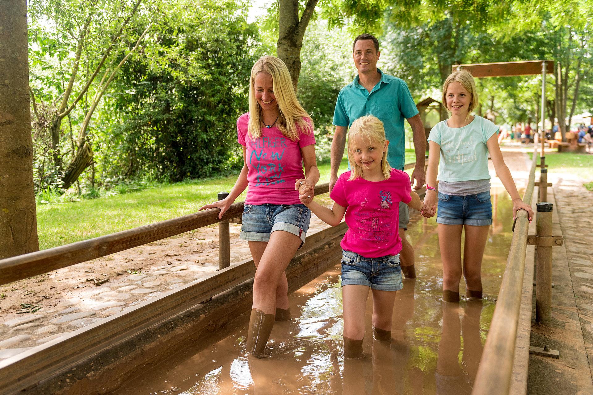 Met de hele familie door het modderbad op het blotevoetenpad in Bad Sobernheim, Nahe-regio