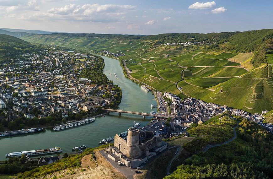 Vue sur les ruines du château de Landshut et sur Bernkastel-Kues, vallée de la Moselle