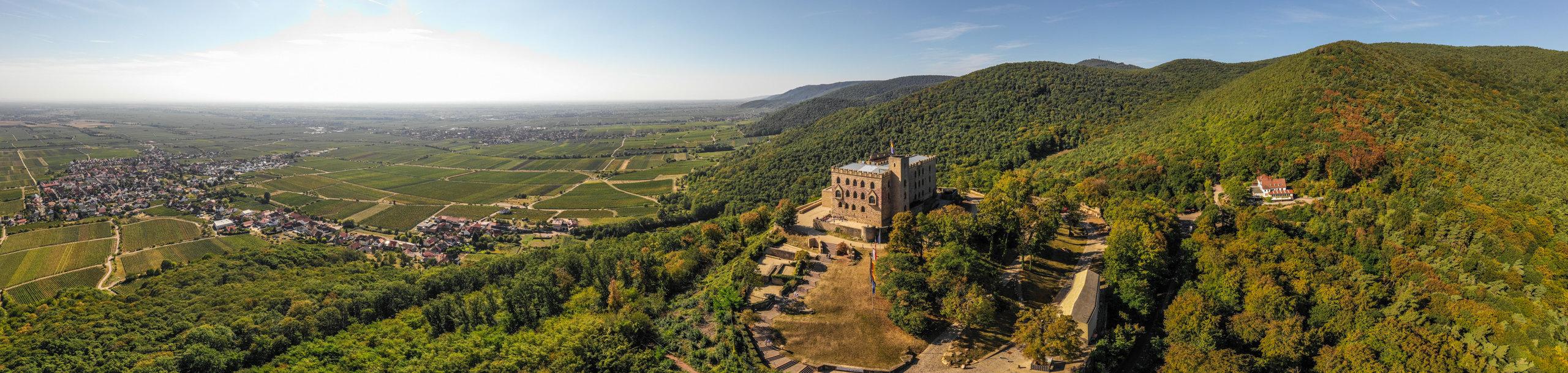 Hambacher Schloss mit Blick über die Pfalz, Pfalz