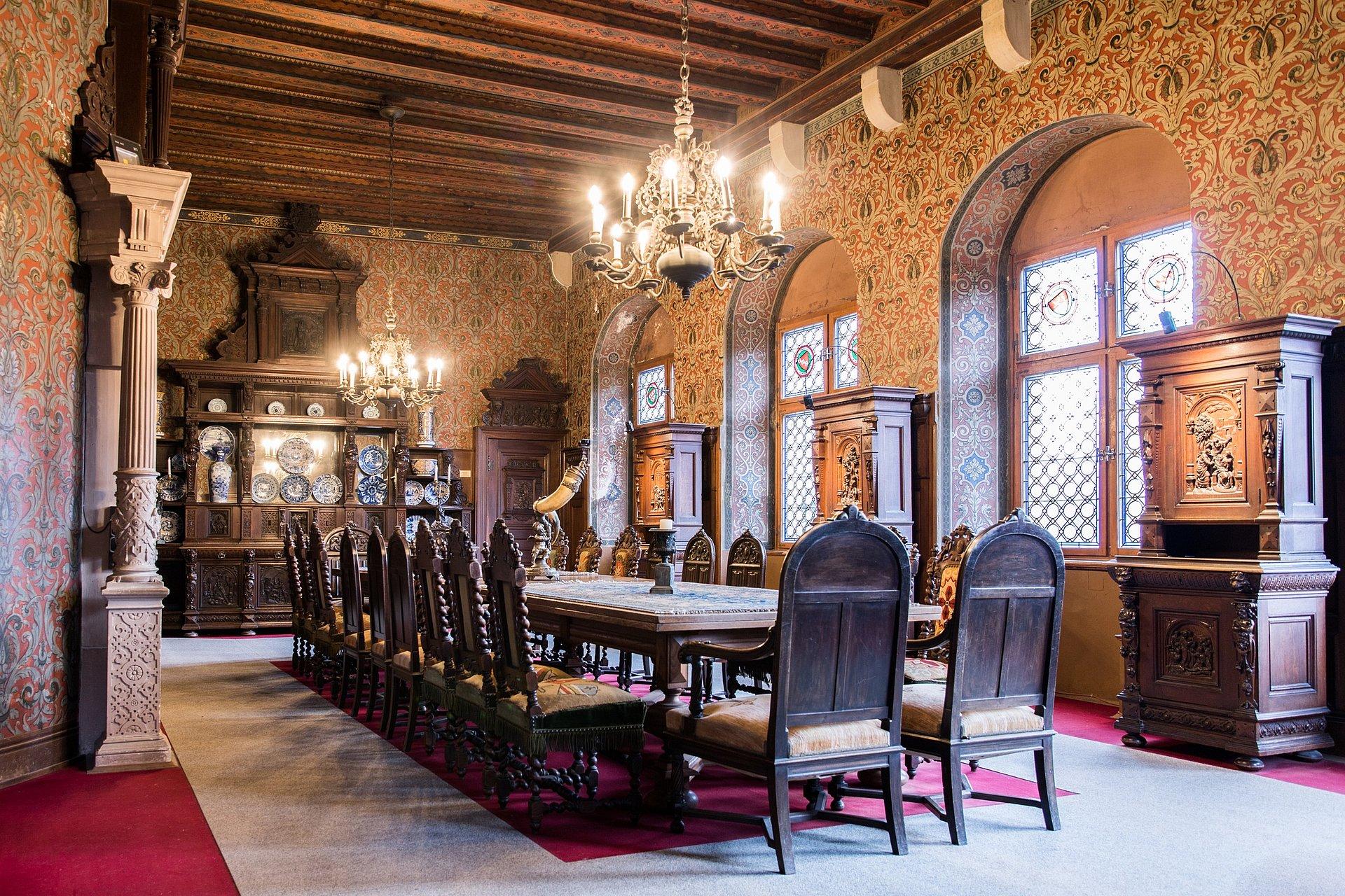 De eetzaal van de Reichsburg in Cochem, Moezel-regio