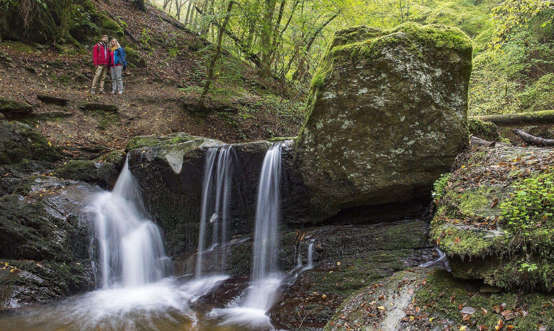 Wanderer bei der Ehrbachklamm auf der Traumschleife Ehrbachklamm, Hunsrück