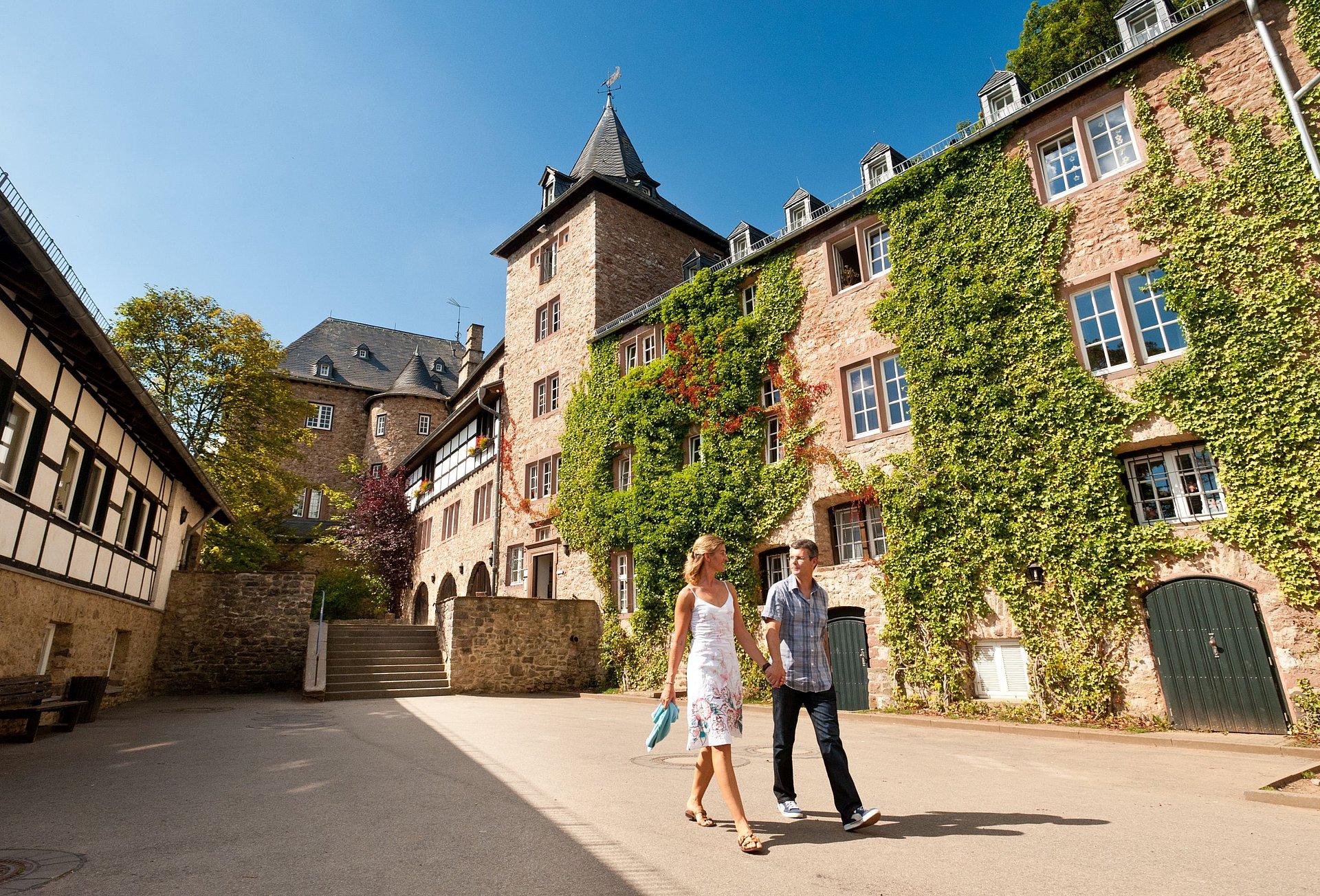 Spaziergang vorbei an der Burg Blankenheim, Eifel