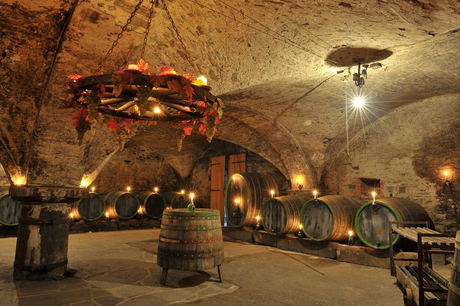Wijnkelder in de onderaardse wereld van Traben-Trarbach, Moezel-regio