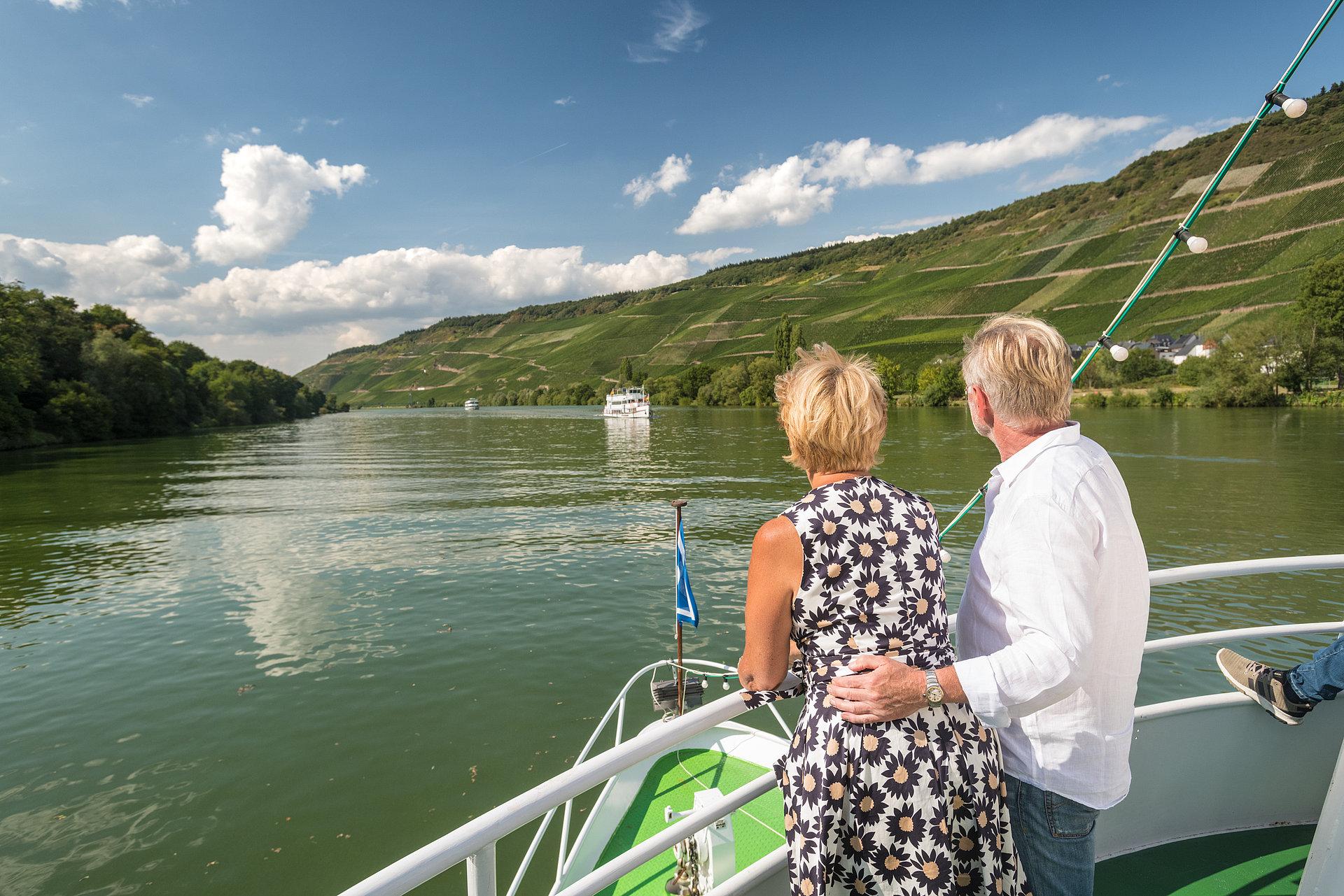 Excursieboottocht op de idyllische Moezel bij Bernkastel-Kues, Moezel-regio