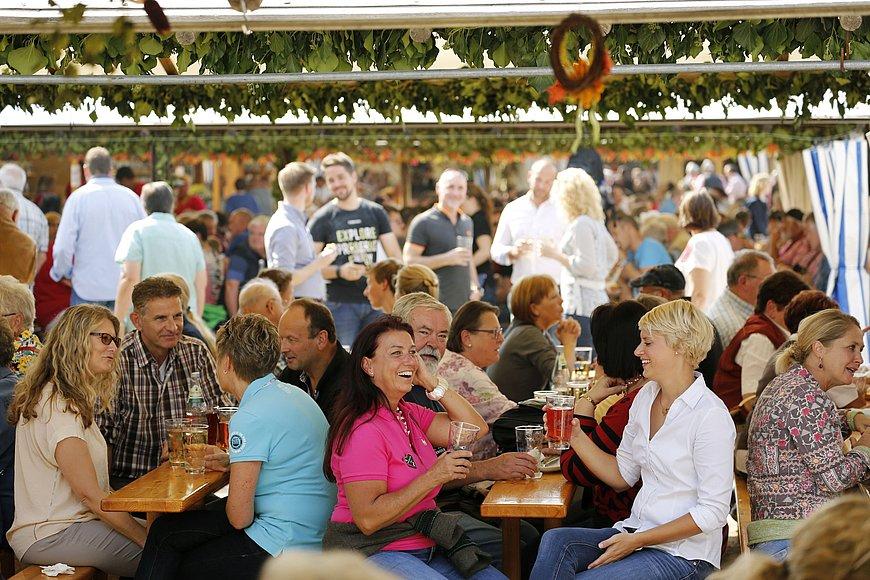 Weingenuss auf dem Dürkheimer Wurstmarkt in Bad Dürkheim, Pfalz