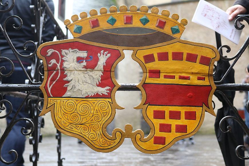 Silberner Löwe auf einem Schild bei der Burg Eltz, Eifel