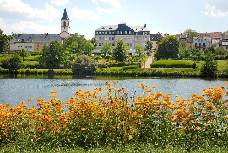 Het kuurpark met meer in Weiskirchen, Saarland