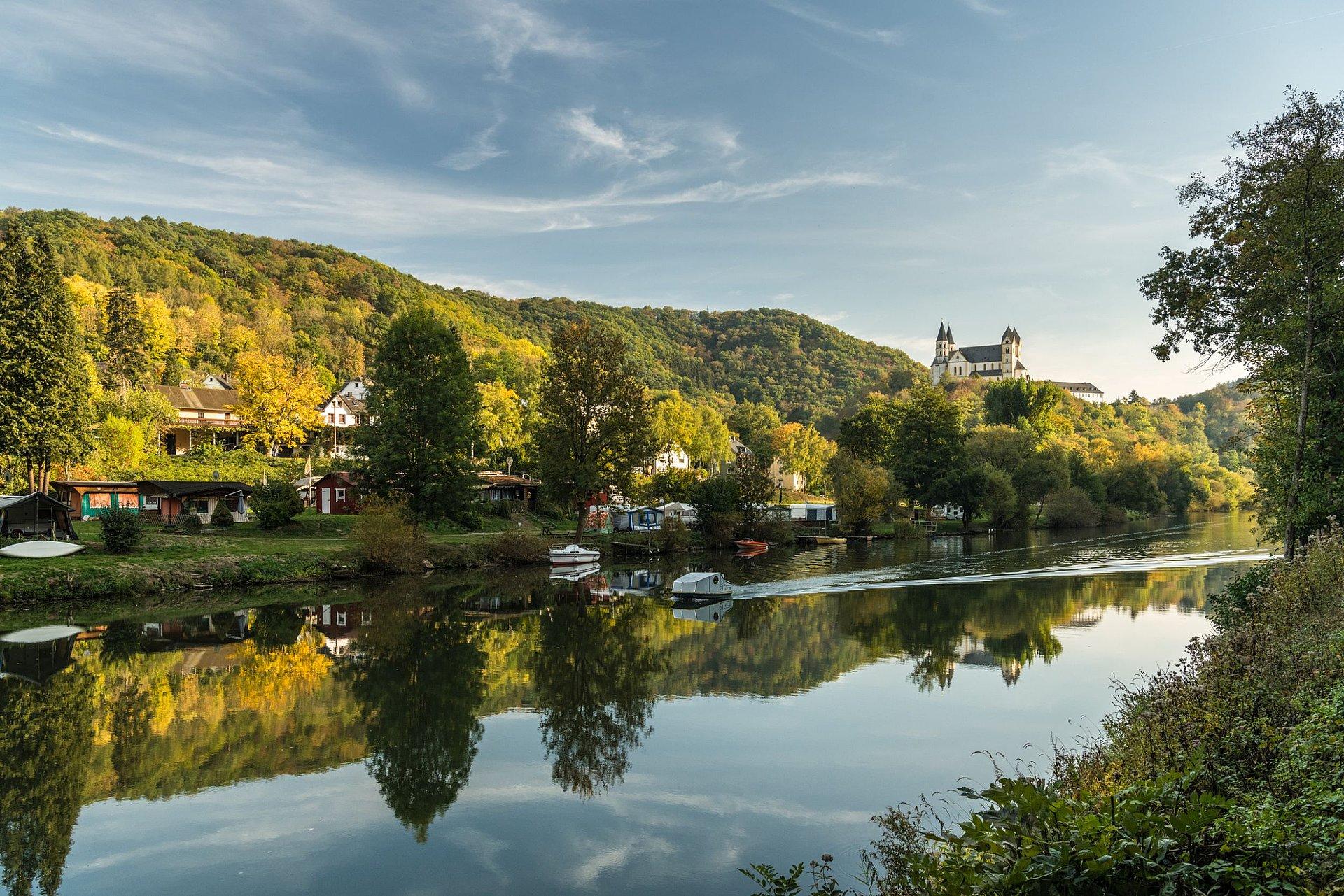 Vier-Täler-Tour im Naturpark Nassau mit Blick auf Kloster Arnstein, Lahntal