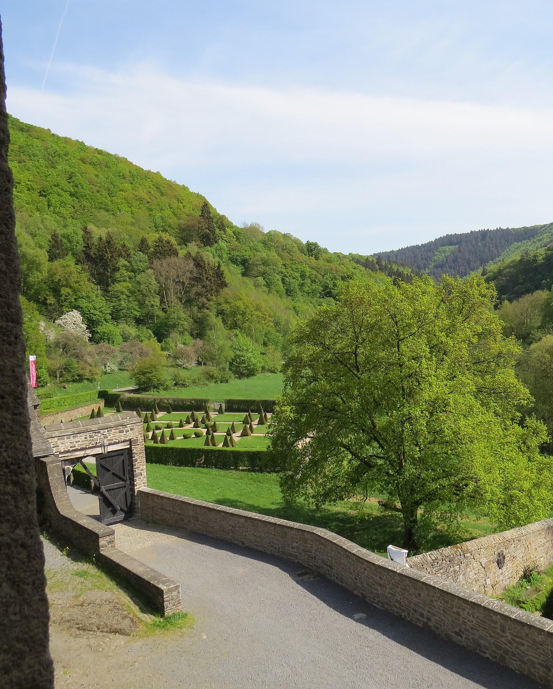 Schlossgarten von Schloss Bürresheim bei St. Johann, Eifel