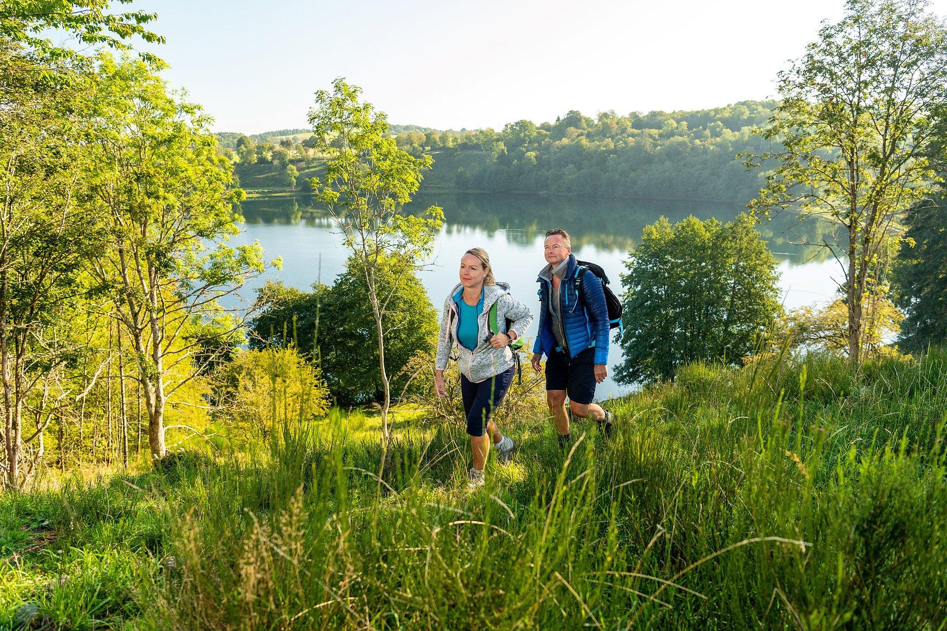 Wandelaars op de Eifelsteig langs de Weinfelder Maar, Eifel