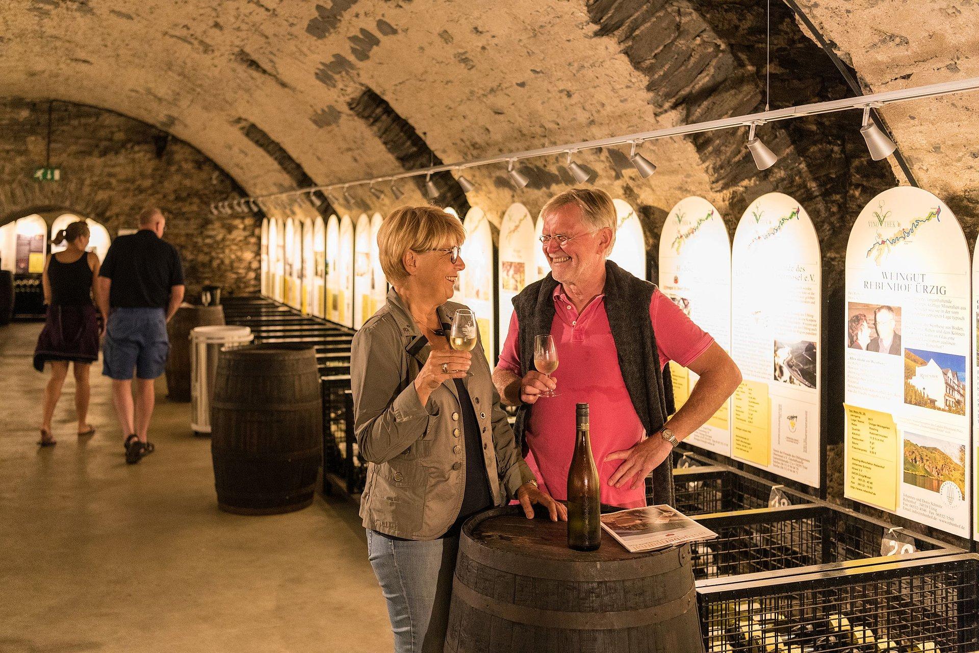 Wijnproeverij in de gewelfde kelder van de Moezel-vinotheek in Bernkastel-Kues, Moezel-regio