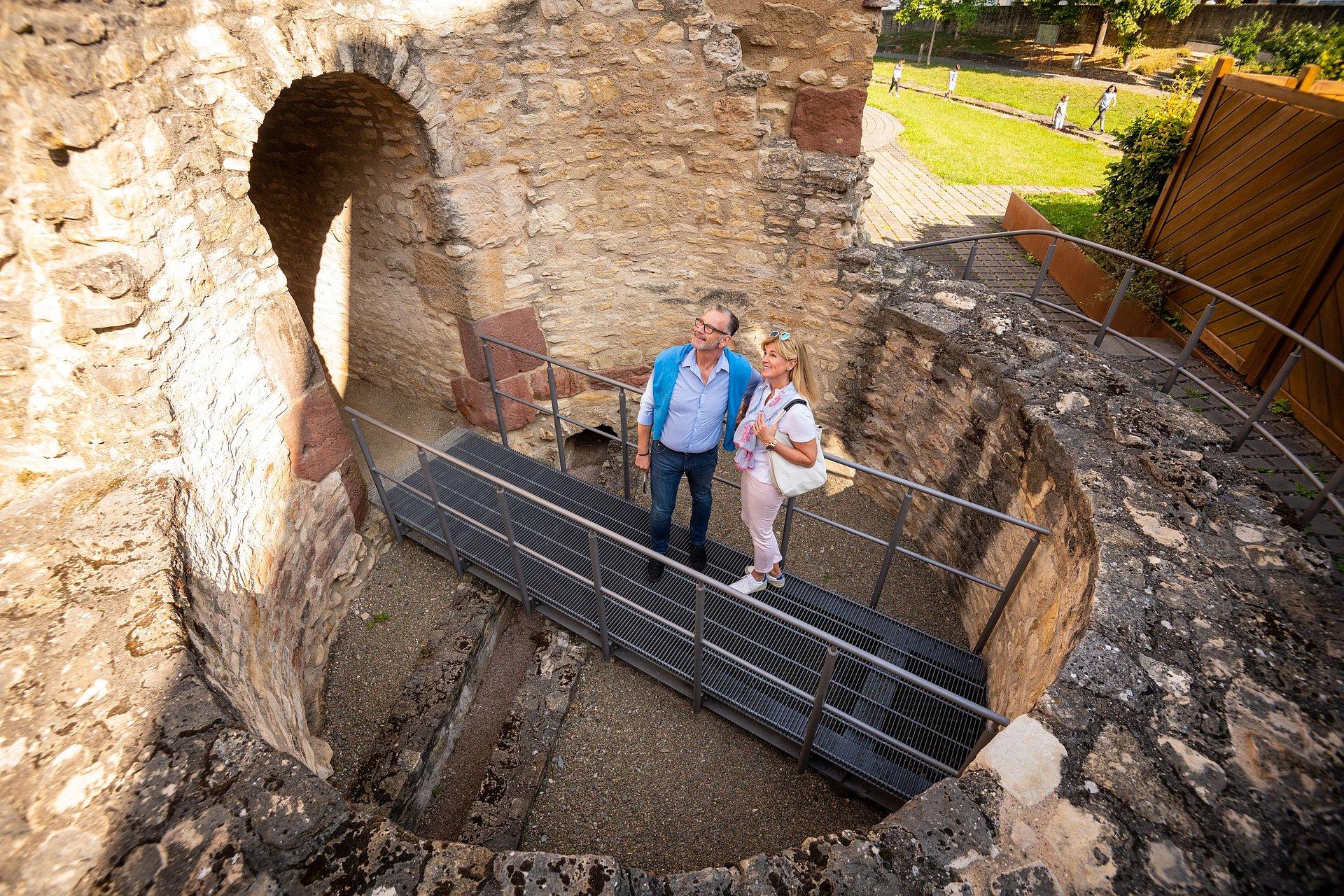 Besichtigung der Mauern der Kaiserpfalz Ingelheim, Rheinhessen