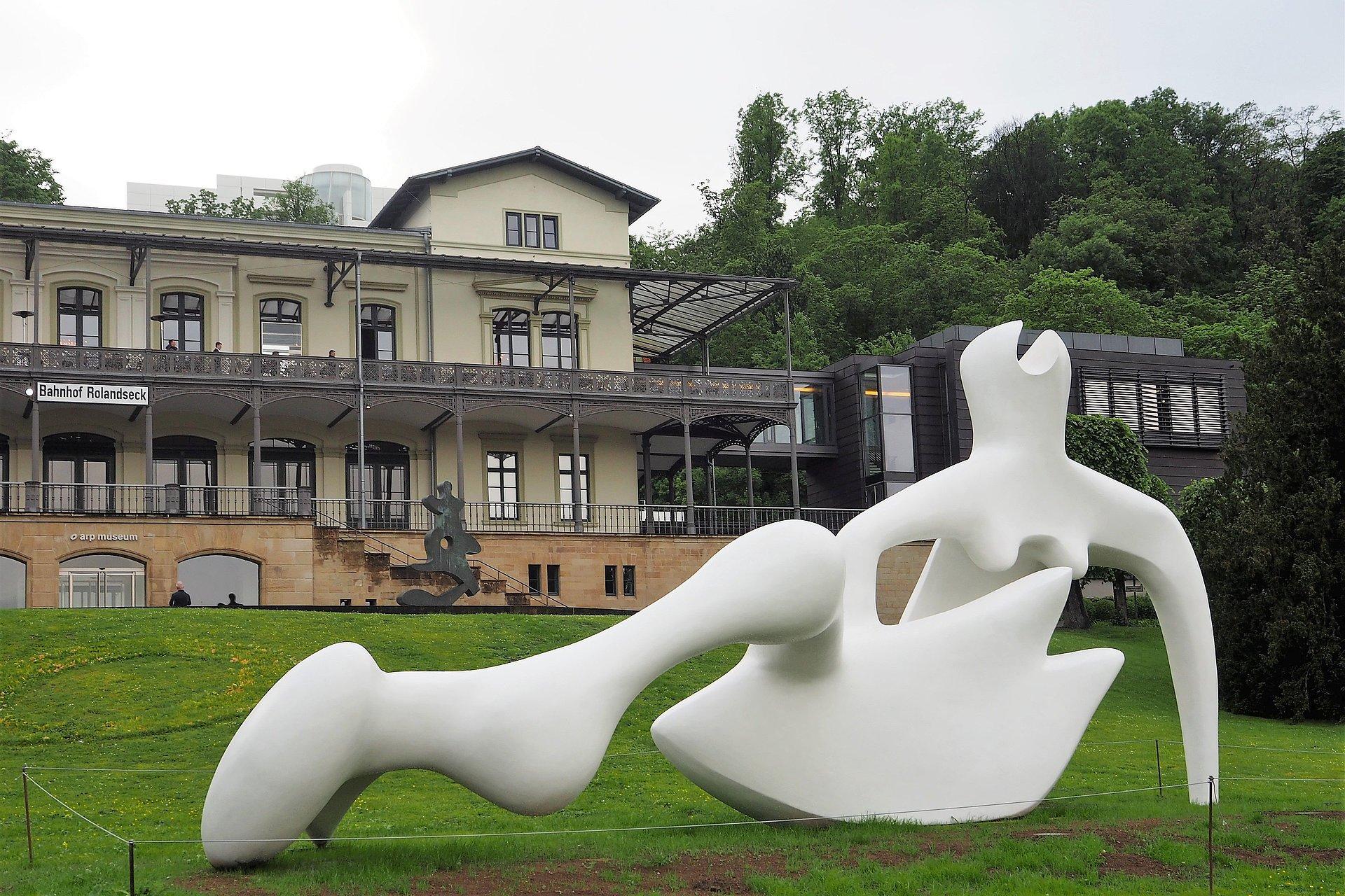 Kunst-Skulptur vor dem Arp Museum am Bahnhof Rolandseck bei Remagen, Romantischer Rhein