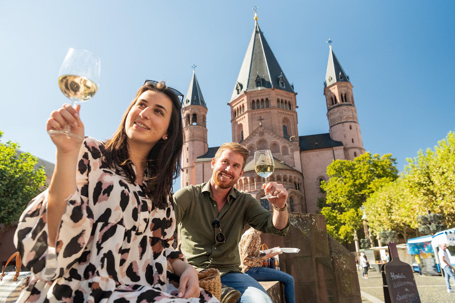 Genieten van wijn op de Liebfrauenplatz bij de Dom van Mainz, Rijn-Hessen