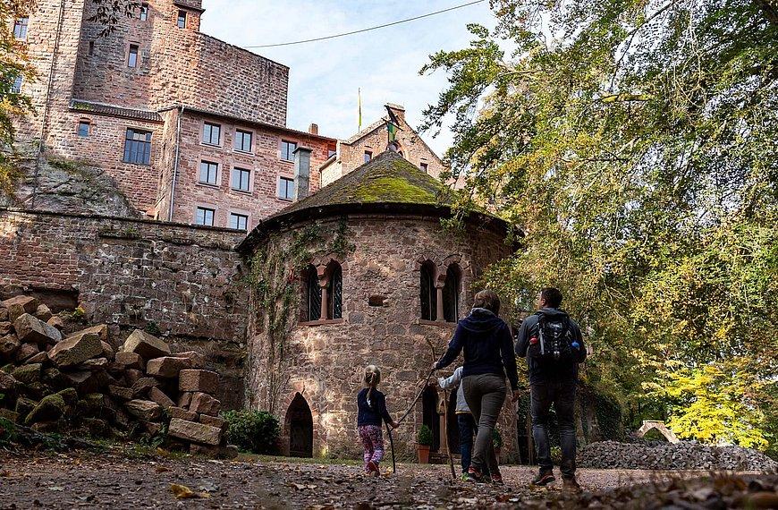 Familie auf dem Weg zur Burg Berwartstein, Pfalz