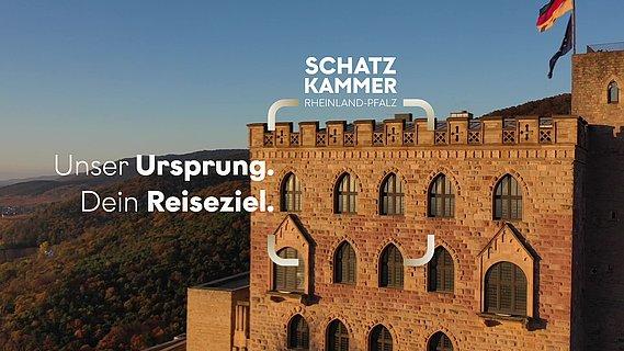 Blick auf das Hambacher Schloss, umgeben von der weiten Landschaft an der Deutschen Weinstraße, Pfalz