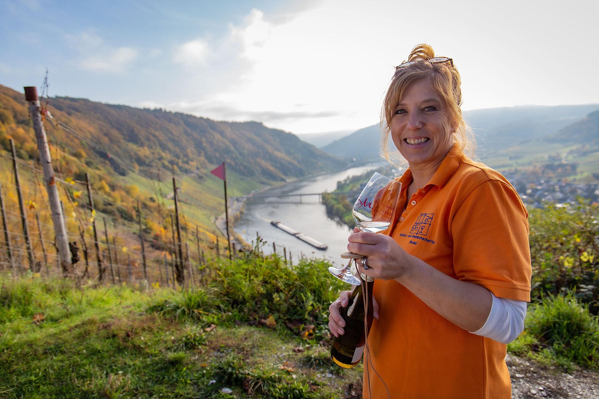 Kultur- und Weinbotschafterin in Weinbergen bei Kröv, Mosel