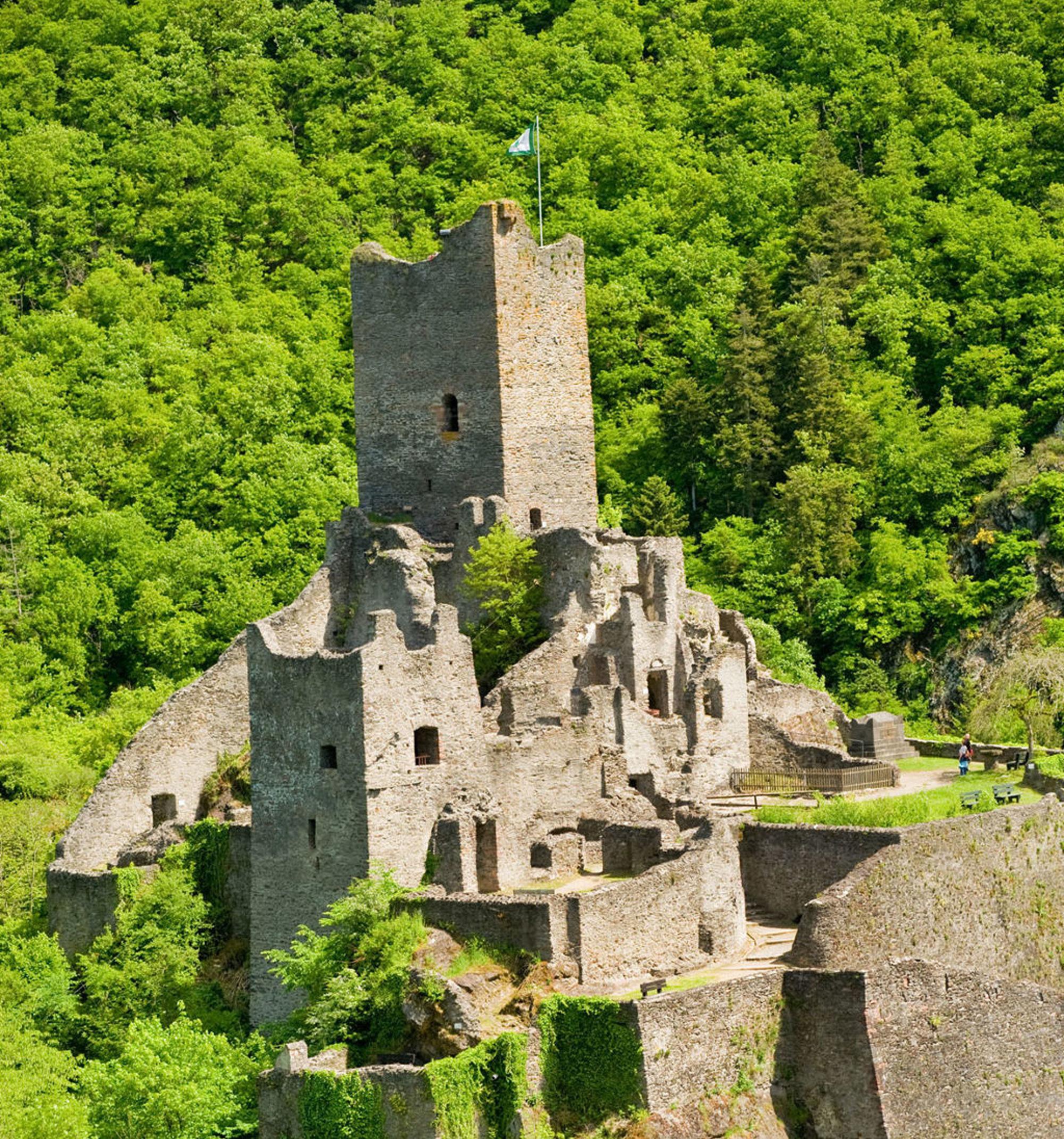 Die Manderscheider Burgen standen sich aufgrund der geringen Entfernung oft in Feindschaft gegenüber, Eifel