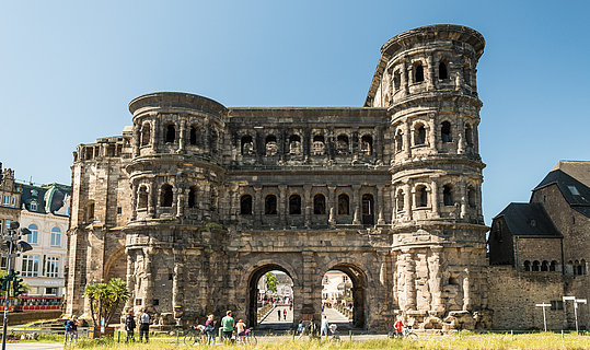 Vue de la Porta Nigra, patrimoine mondial de l'UNESCO, à Trèves, vallée de la Moselle