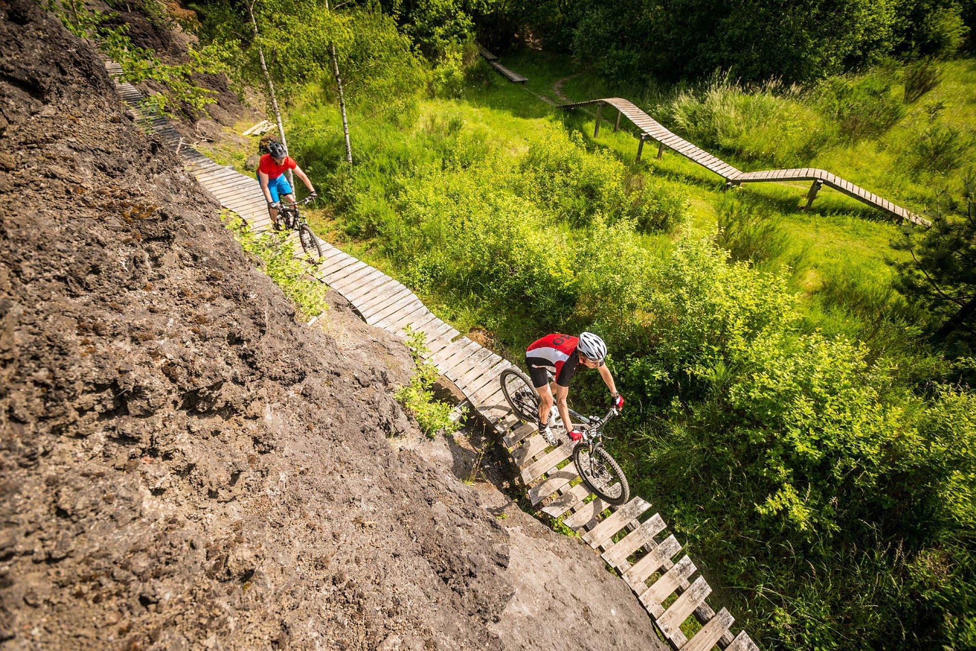 Mountainbikes auf einer Koulshore-Strecke, Eifel