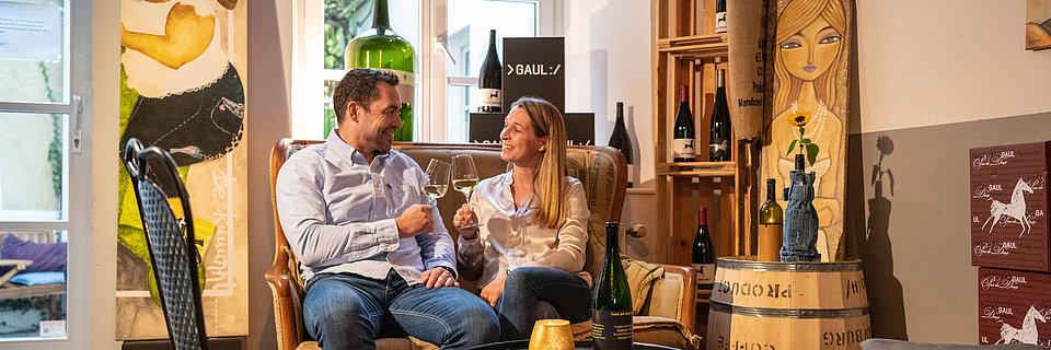 Dégustation de vin dans une vinothèque, vallée de la Moselle
