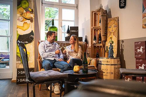 Genieten van wijn in een vinotheek in Trier, Moezel