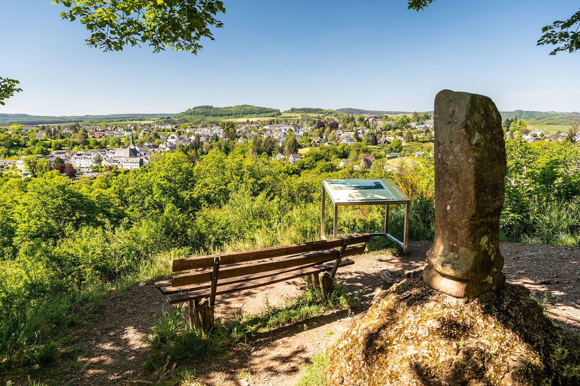 Uitzicht vanaf het uitzichtpunt Belvedere langs de Manderscheider Burgenstieg, Eifel