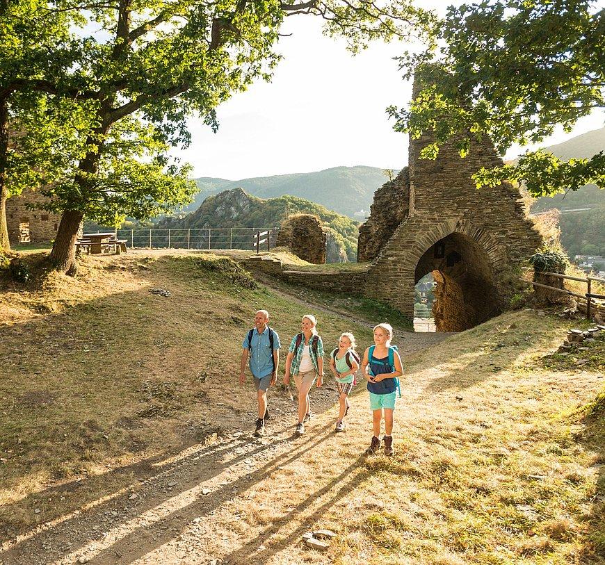 Mit der Familie bei der Ruine der Burg Are bei Altenahr, Ahrtal