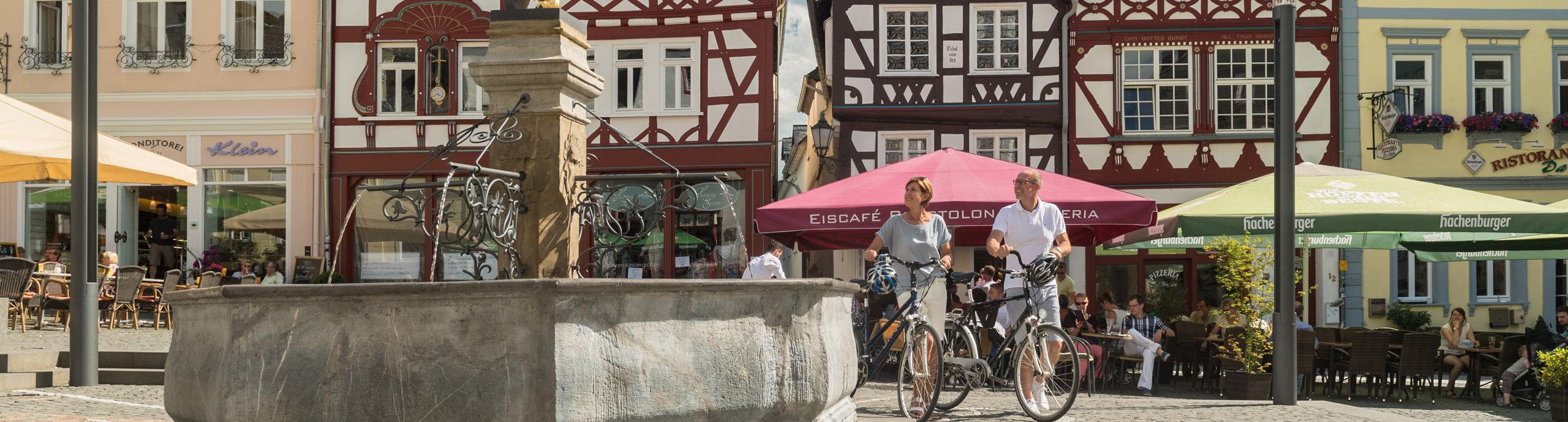 Brunnen mit goldenem Löwen auf dem Marktplatz von Hachenburg, Westerwald