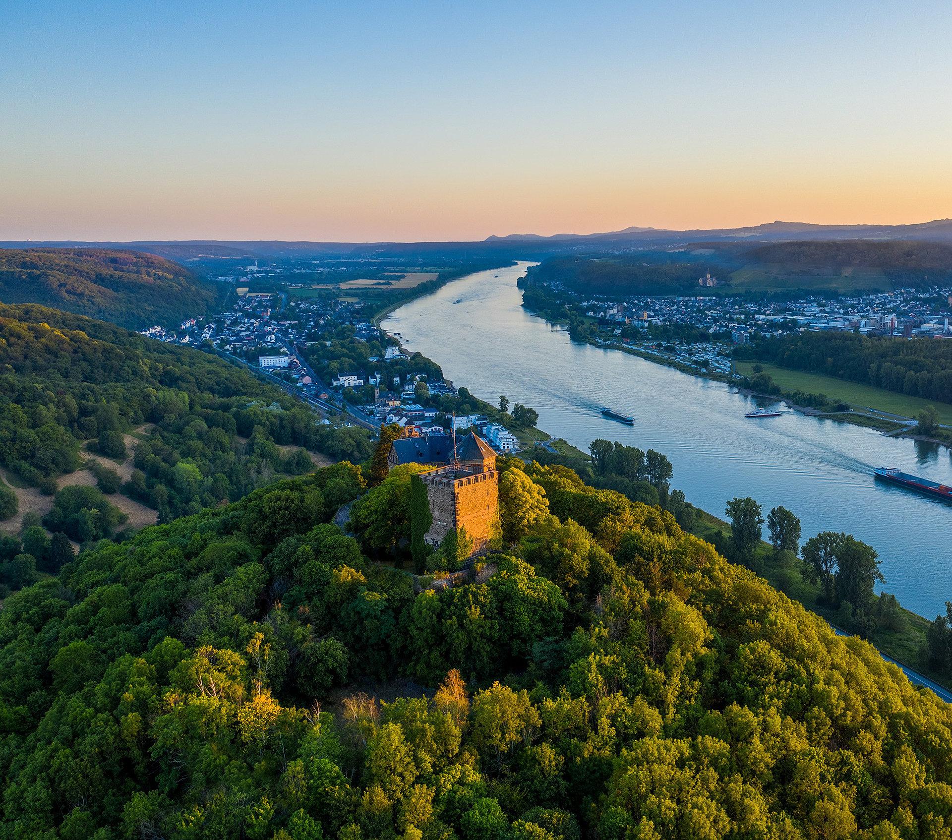 Avondzon over de Rijn en het kasteel Rheineck bij Bad Breisig, Romantische Rijn
