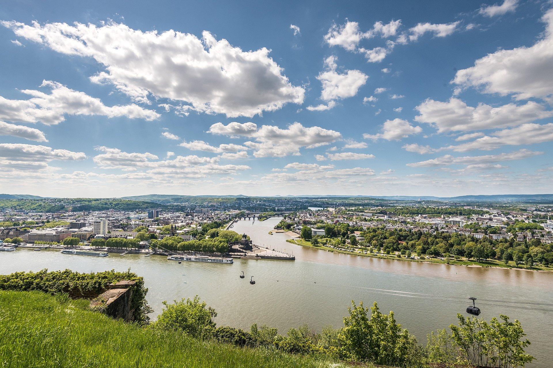 Blik op de Duitse Eck bij Rijn en Moezel in Koblenz, Romantische Rijn