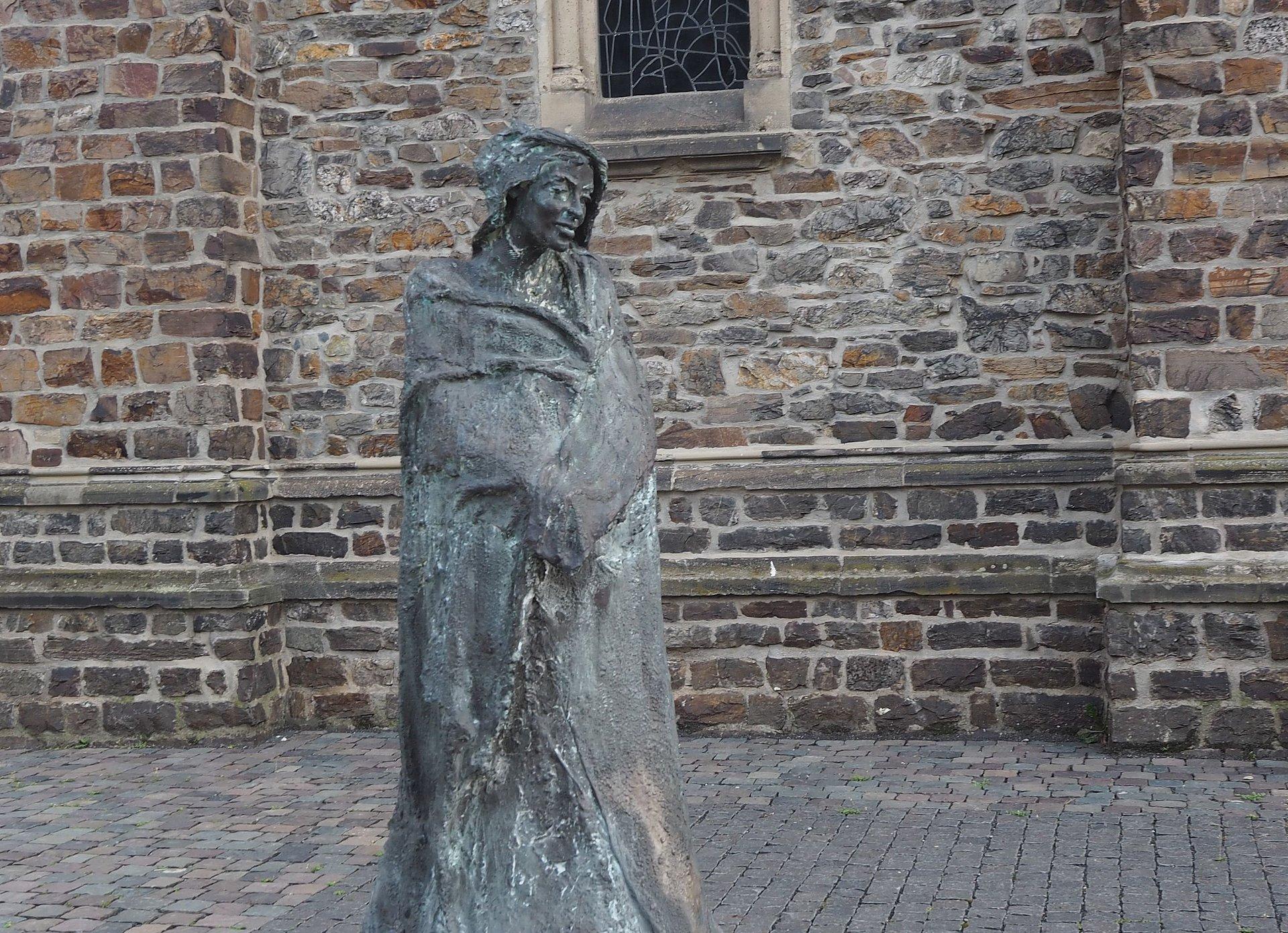Hildegard van Bingen-sculptuur in St. Rupertus en St. Hildegardkerk in Bingen, Nahe/Rijn-Hessen
