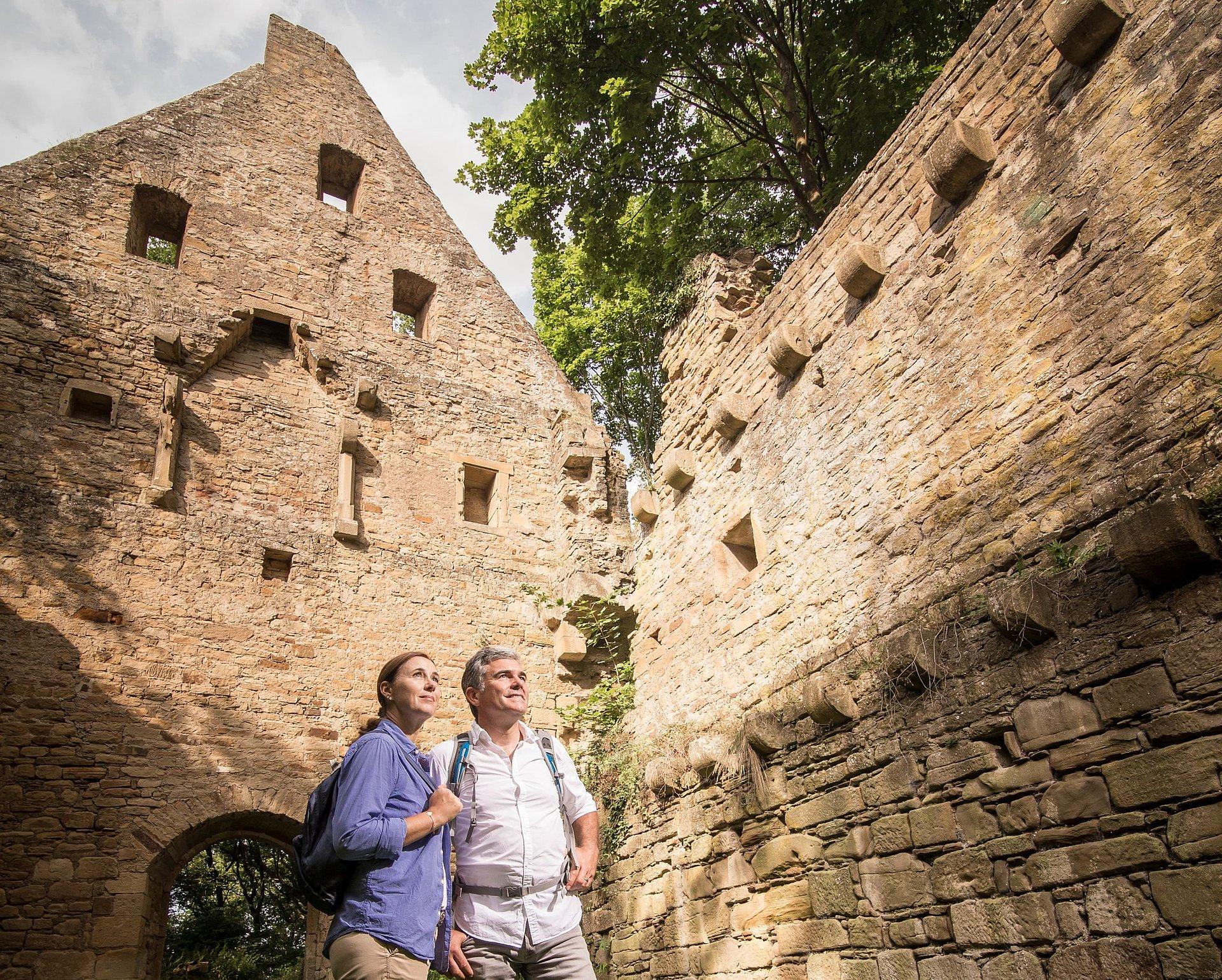 Wanderer bei der Klosterruine Disibodenberg, Nahe