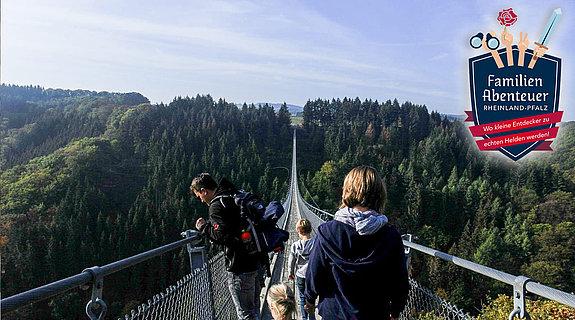 Familie auf der Hängeseilbrücke Geierlay, Hunsrück