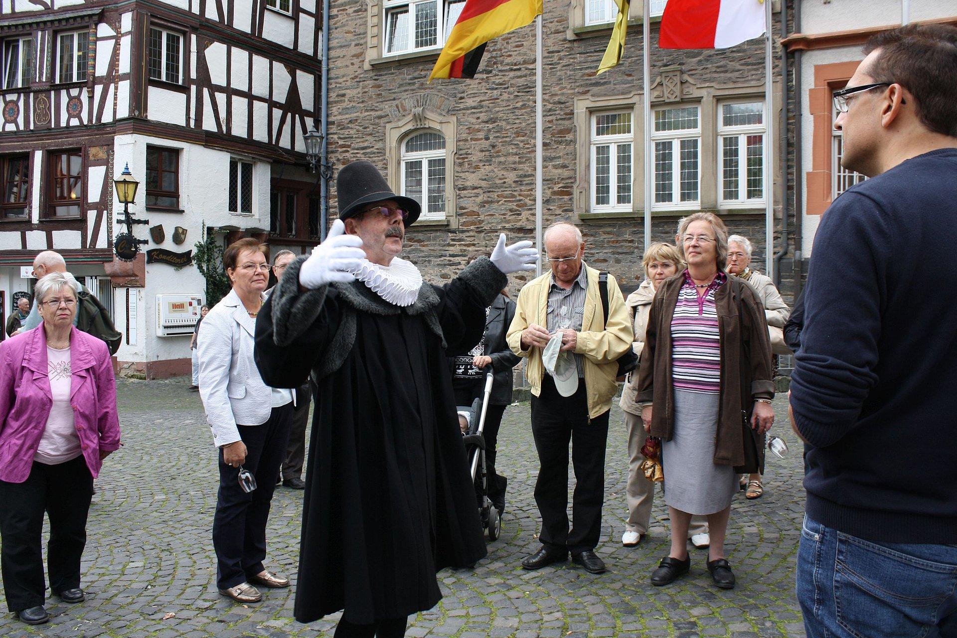 Onderweg op Doctor-wijn-tour met de Doctor uit Bernkastel door Bernkastel-Kues, Moezel-regio
