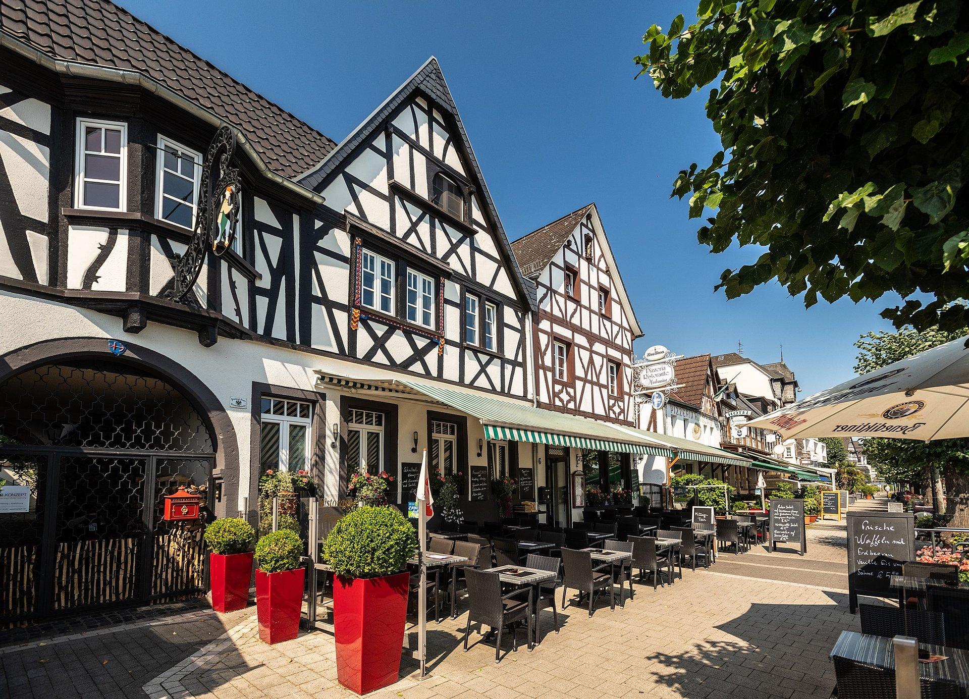 Culinair genieten op de terrassen van de zonnige Rijnpromenade in Bad Breisig, Romantische Rijn