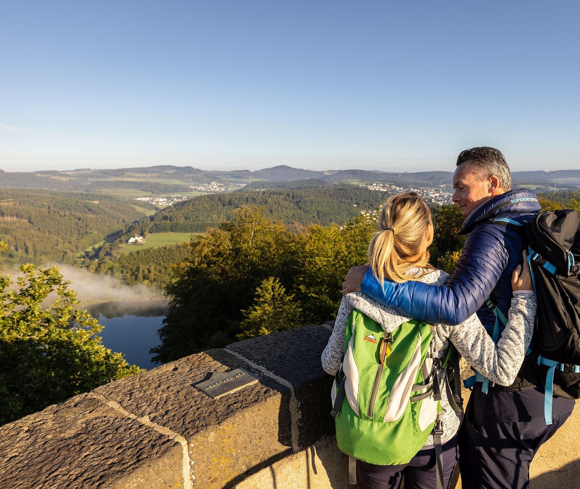 Eropuit trekken met zicht vanaf de Dronketurm op het Gemündener Maar, Eifel
