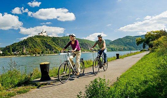 Tour sur la piste cyclable du Rheinradweg près de Brey avec vue sur le Marksburg, Rhin romantique