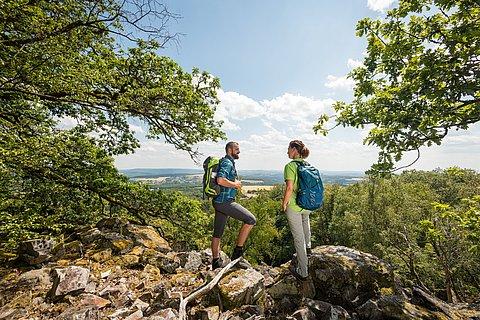 Wanderer genießen auf der Traumschleife Kirschweiler Festung die Aussicht auf den Nationalpark Hunsrück-Hochwald