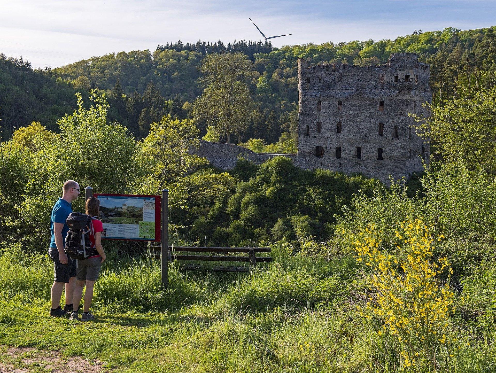 Wanderer bei der Burgruine Balduinseck, Hunsrück