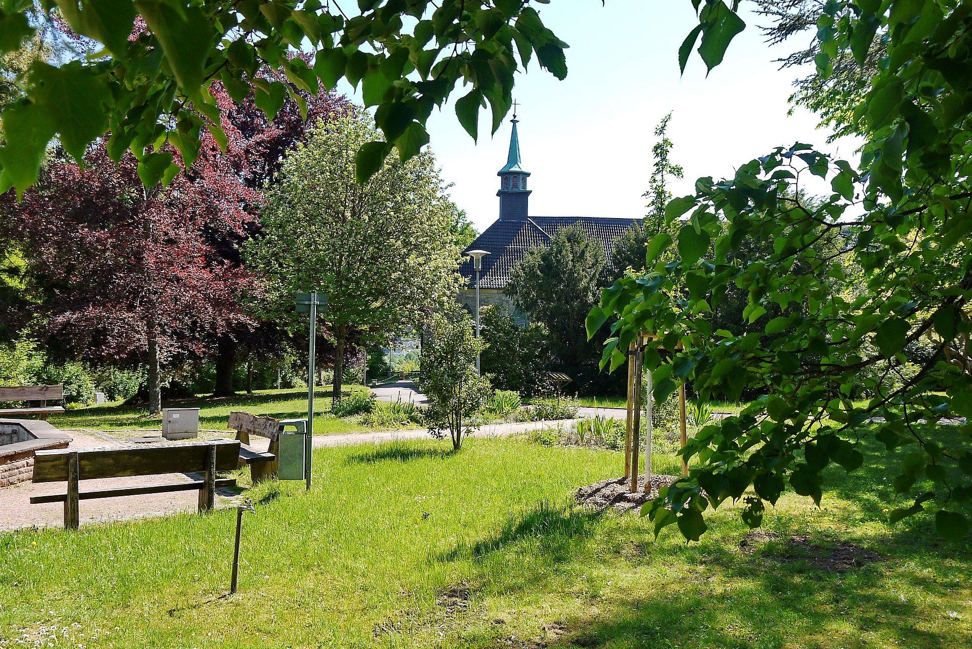 De kloostertuin in Blieskastel met zicht op het klooster, Saarland