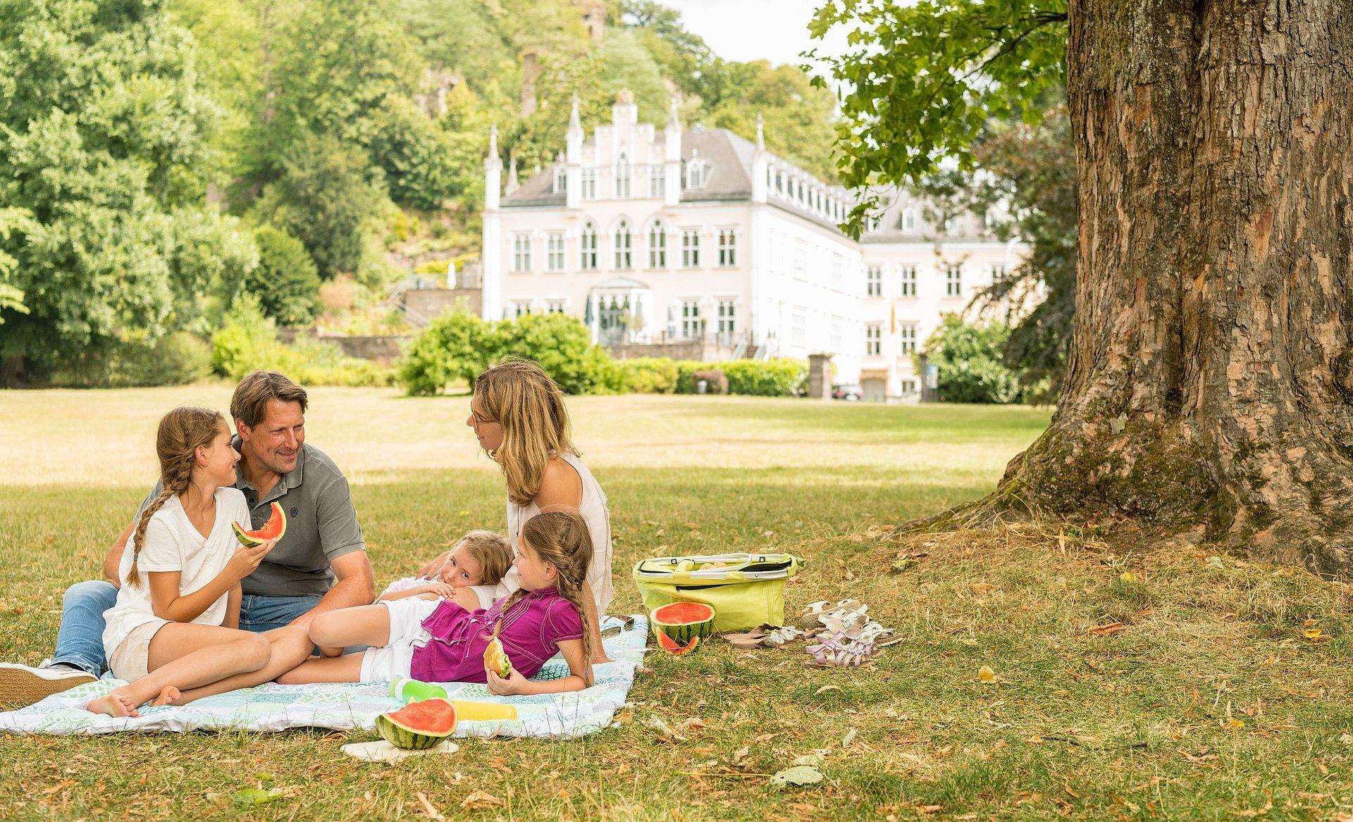 Picknick im Schlosspark von Schloss Sayn, Romantischer Rhein