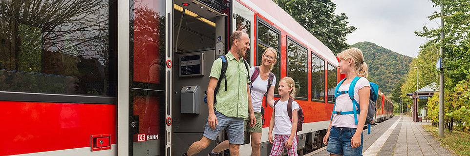 Famille sur le quai de la gare de Mayschoss, vallée de l'Ahr