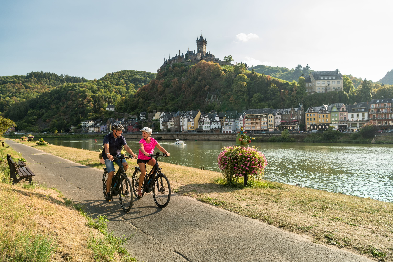 Fietstocht op de Mosel-Radweg bij Cochem met uitzicht op het kasteel Reichsburg Cochem, Moezel-regio