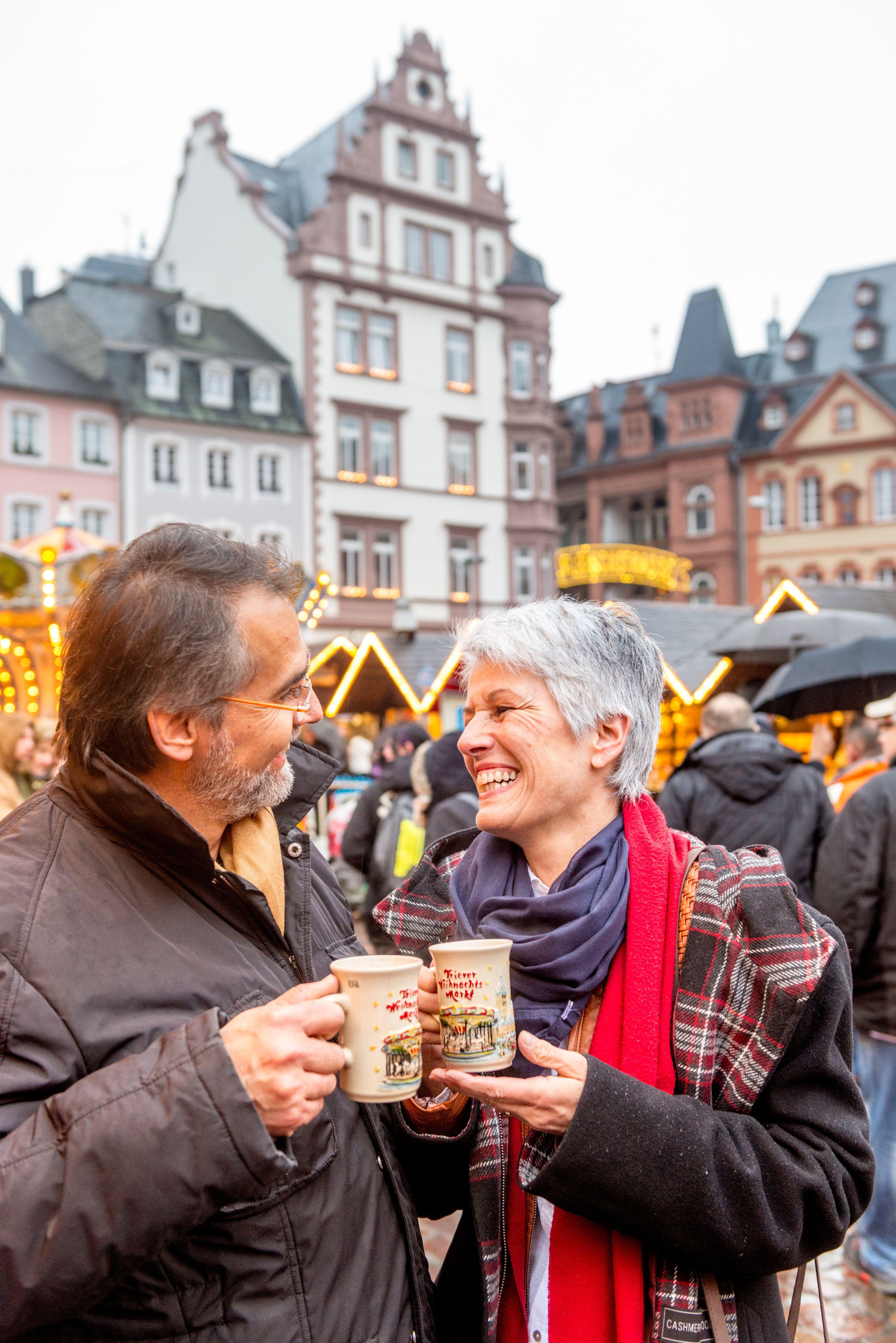 Winzerglühwein auf dem Weihnachtsmarkt in Trier genießen, Mosel