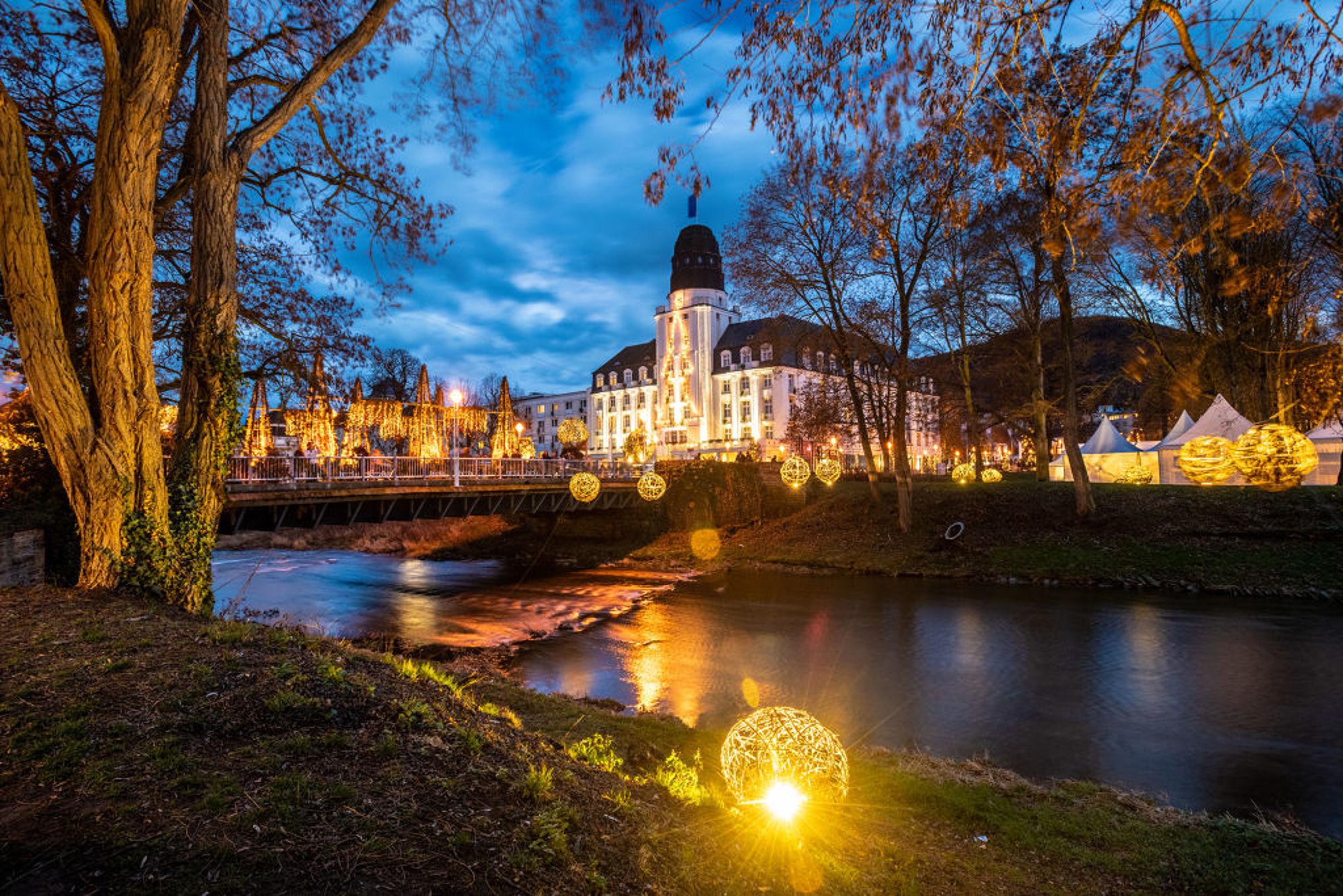 Der Kurpark von Bad Neuenahr strahlt zur Weihnachtszeit in einem bezaubernden Glanz, Ahrtal
