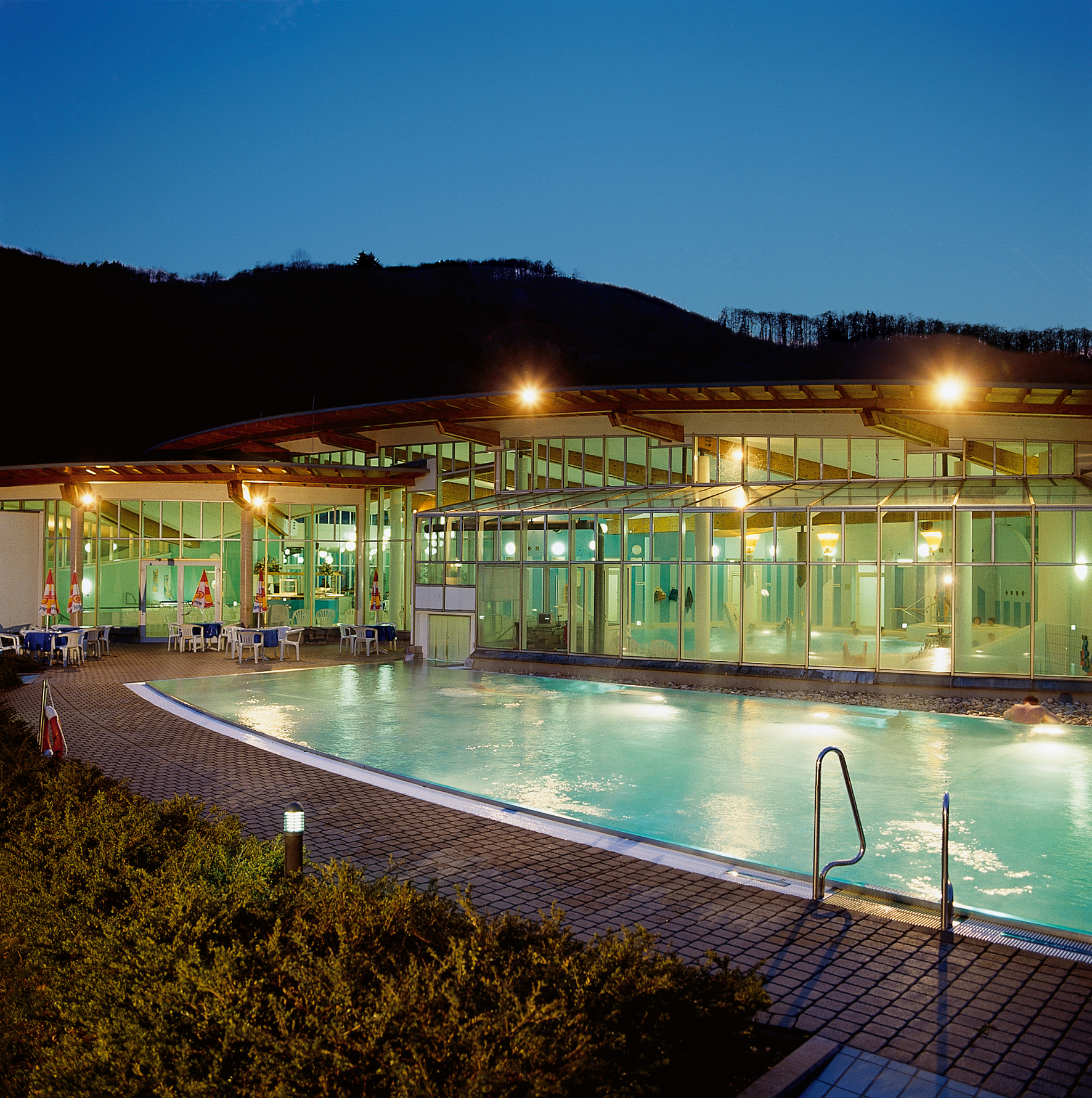 Pure ontspanning in het aangenaam warme buitenzwembad in de Moseltherme, Moezel-regio