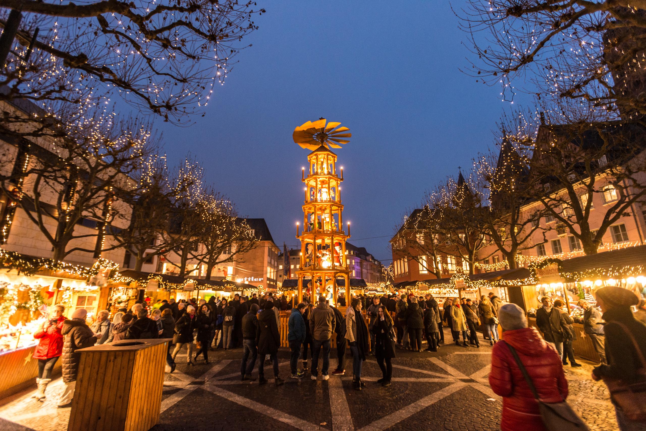 Blick auf die Weihnachtspyramide auf dem Mainzer Weihnachtsmarkt, Rheinhessen
